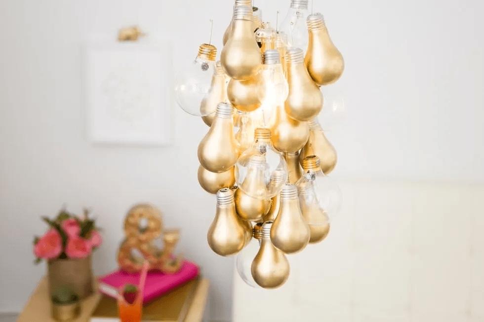 Lustre à ampoule dorée de bricolage