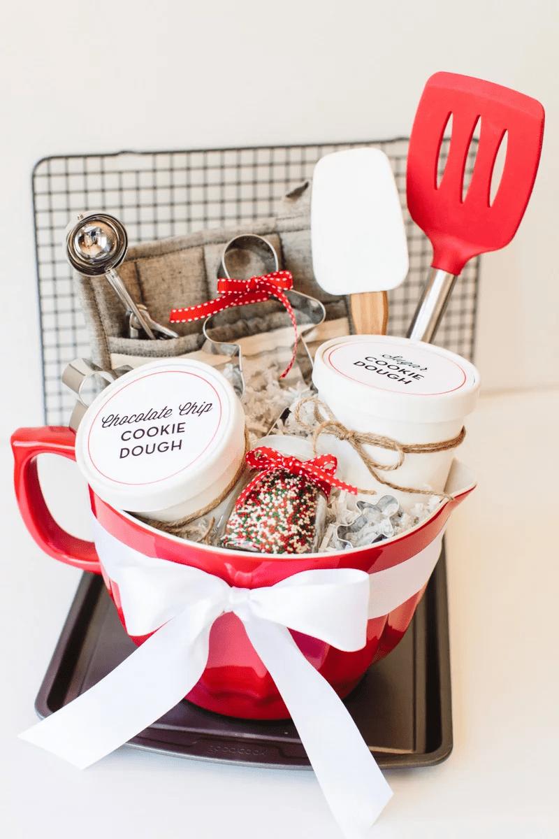 Panier de biscuits rouge et blanc