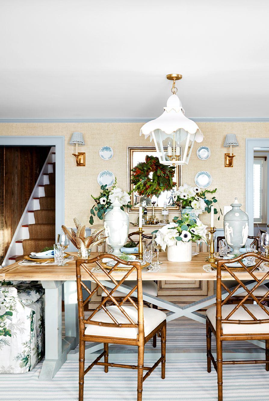 centre de table avec bougeoirs dorés et fleurs