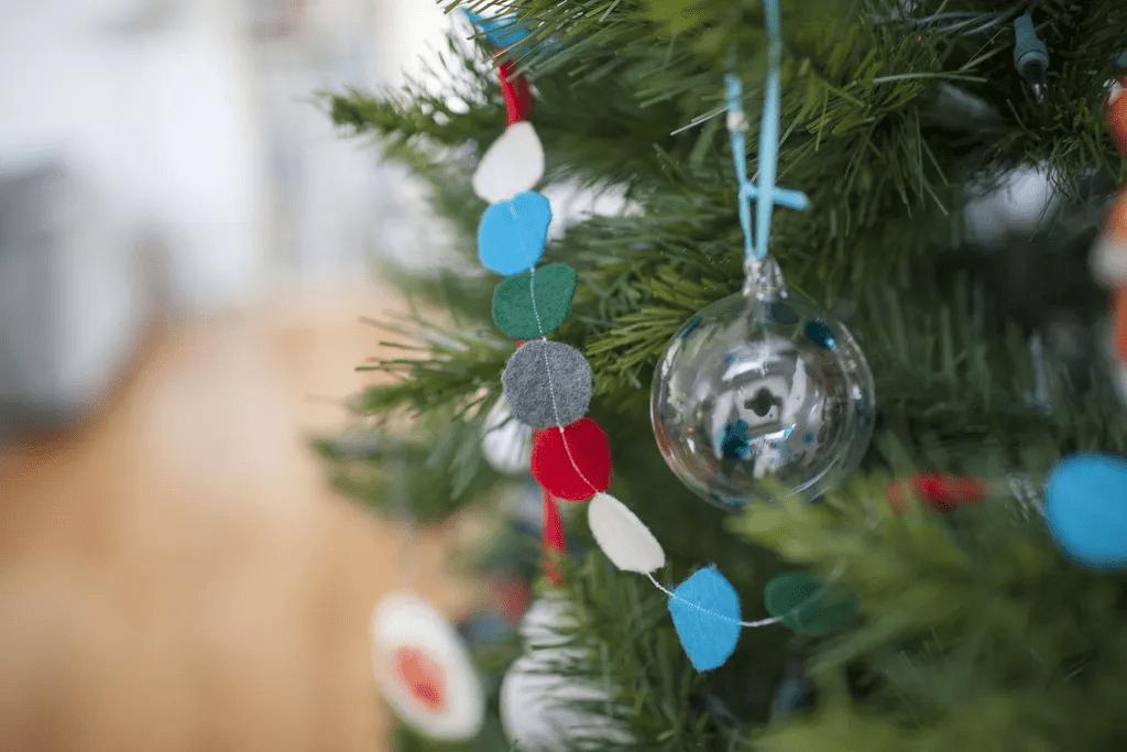 Arbre de Noël avec guirlande de feutre