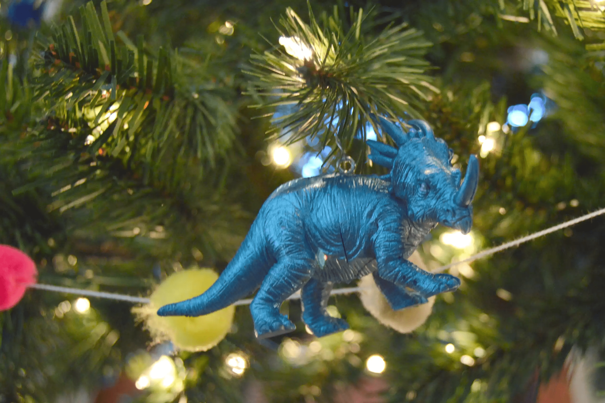 Arbre de Noël avec ornement de dinosaure bleu