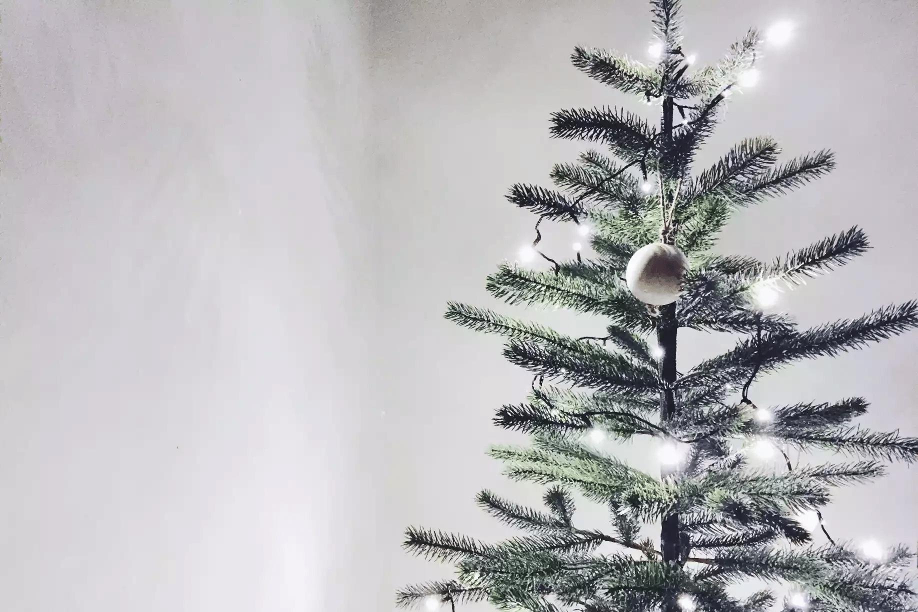 Arbre de Noël avec un brin de lumière et un ornement circulaire