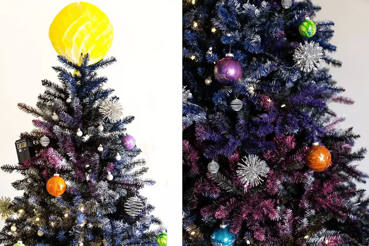 Arbre de Noël décoré avec des décorations de type galaxie