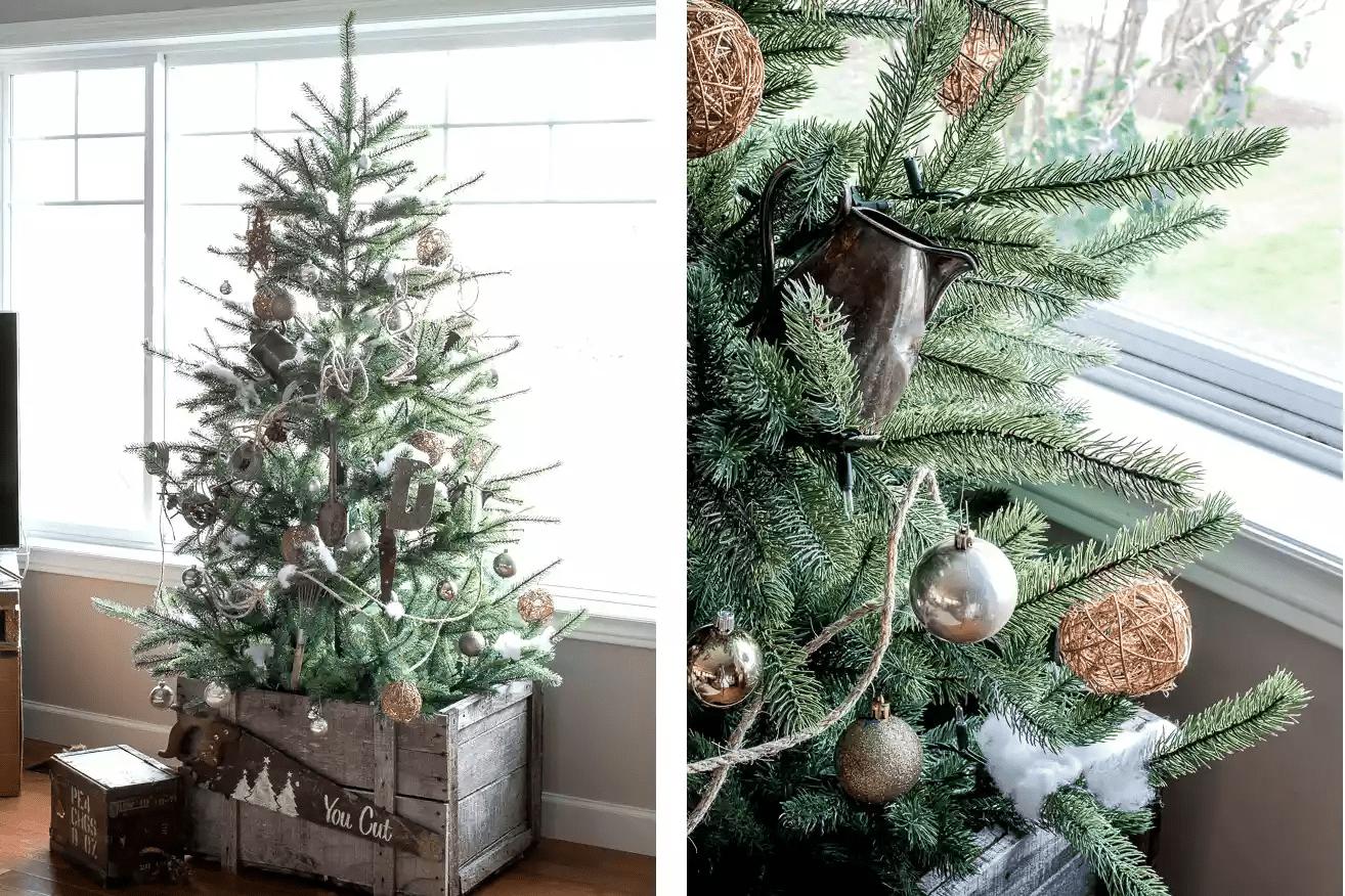 Arbre de Noël d'inspiration vintage près d'une fenêtre