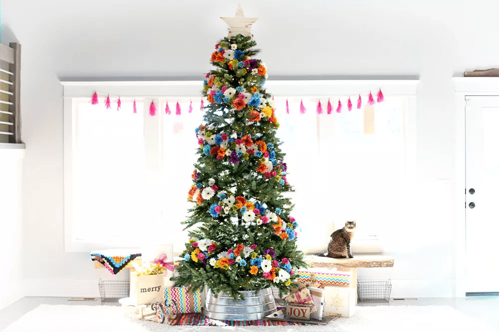 Arbre de Noël orné de fleurs colorées