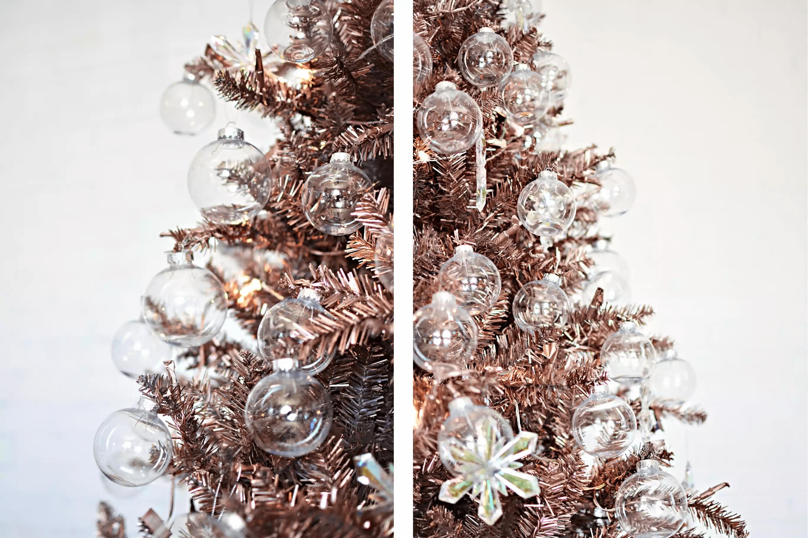 Arbre de Noël orné d'or rose et de décorations claires