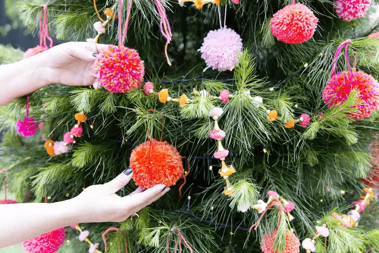 Un arbre de Noël avec des pompons de Noël