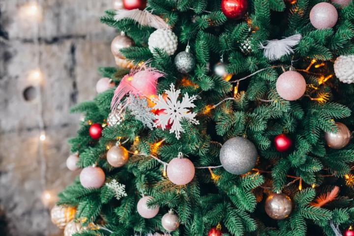 33 façons festives de décorer votre sapin de Noël