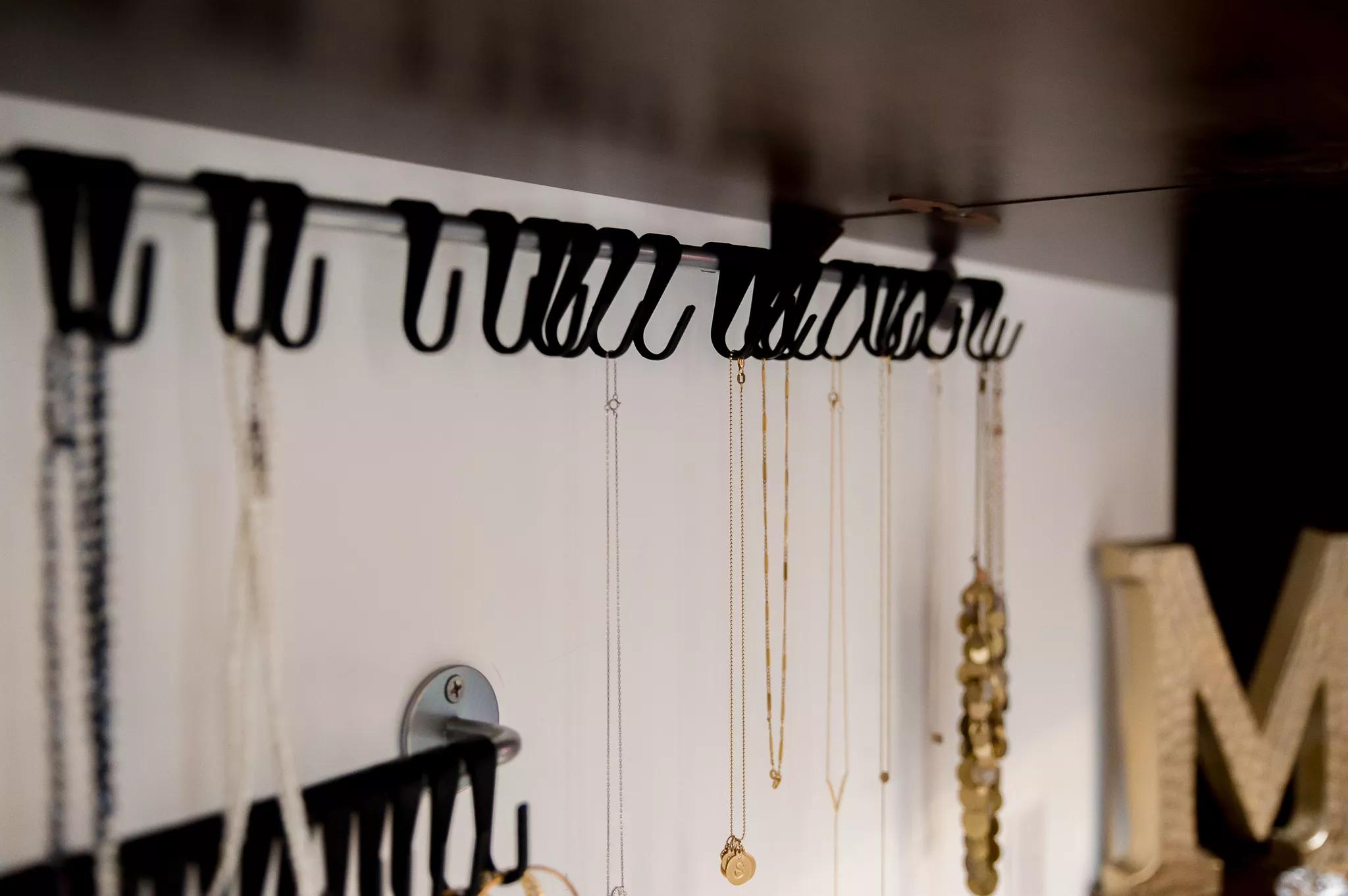 Utiliser des crochets pour organiser les bijoux
