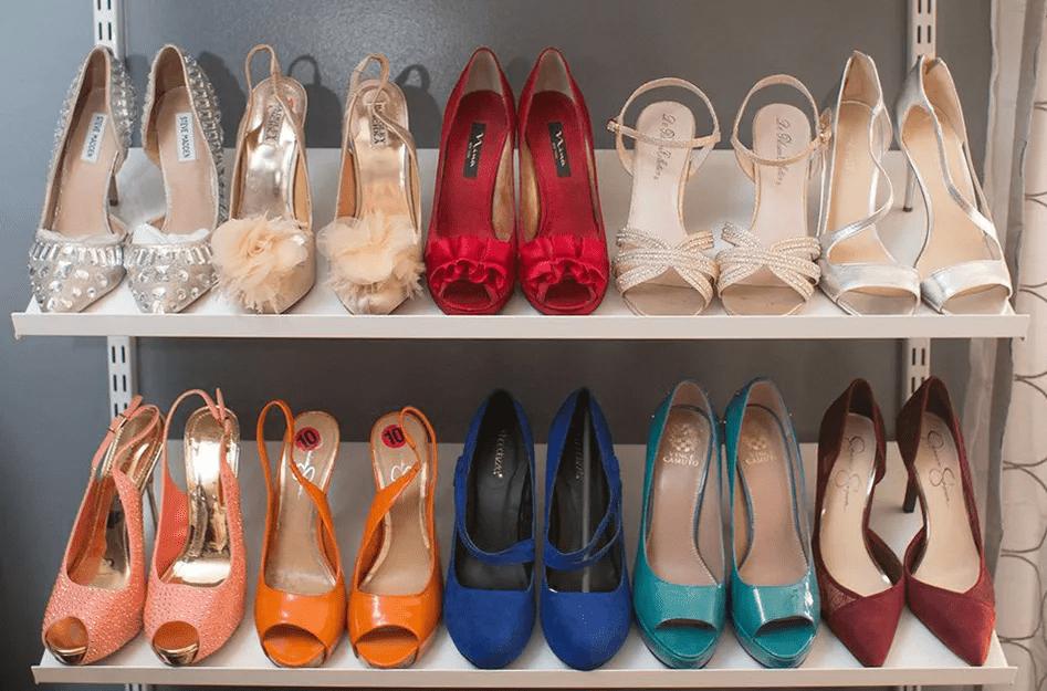 Utiliser des étagères inclinées pour un mur à chaussures