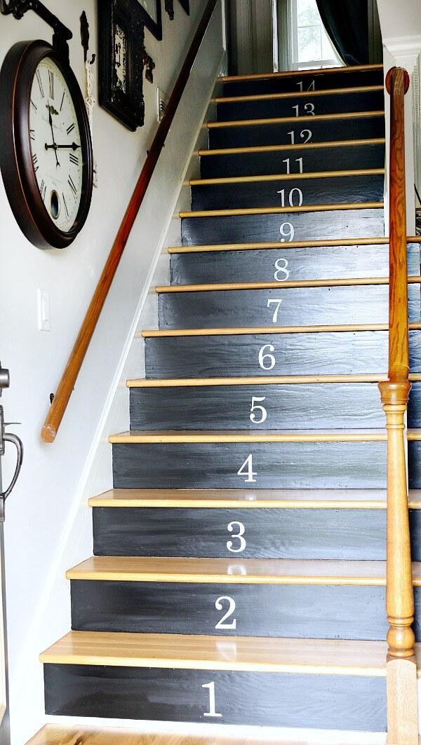 Escalier transformé pour la décoration de votre entrée avec des numéros