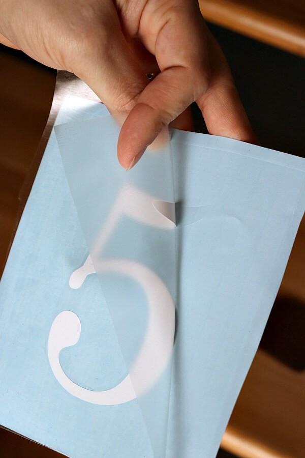 Grattez légèrement le papier magique sur le numéro