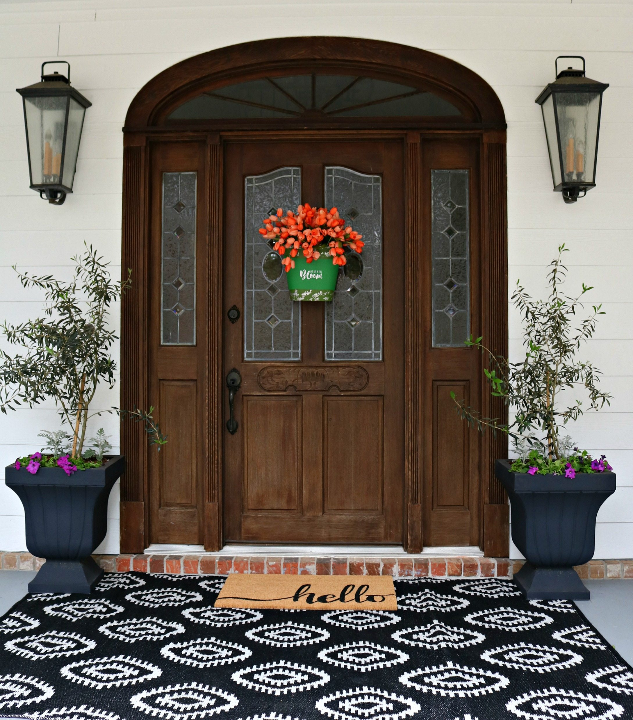 Idée de décoration de porte avec un seau à tulipe