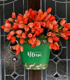 Comment fabriquer une décoration de porte avec un seau à tulipe ?