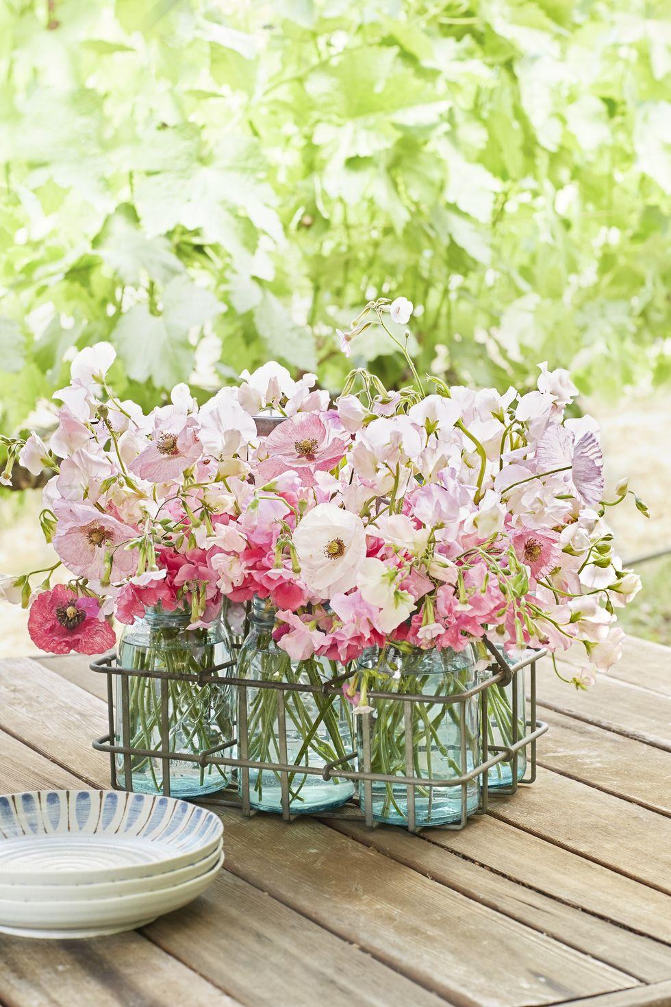 Centre de table avec fleurs en bocal