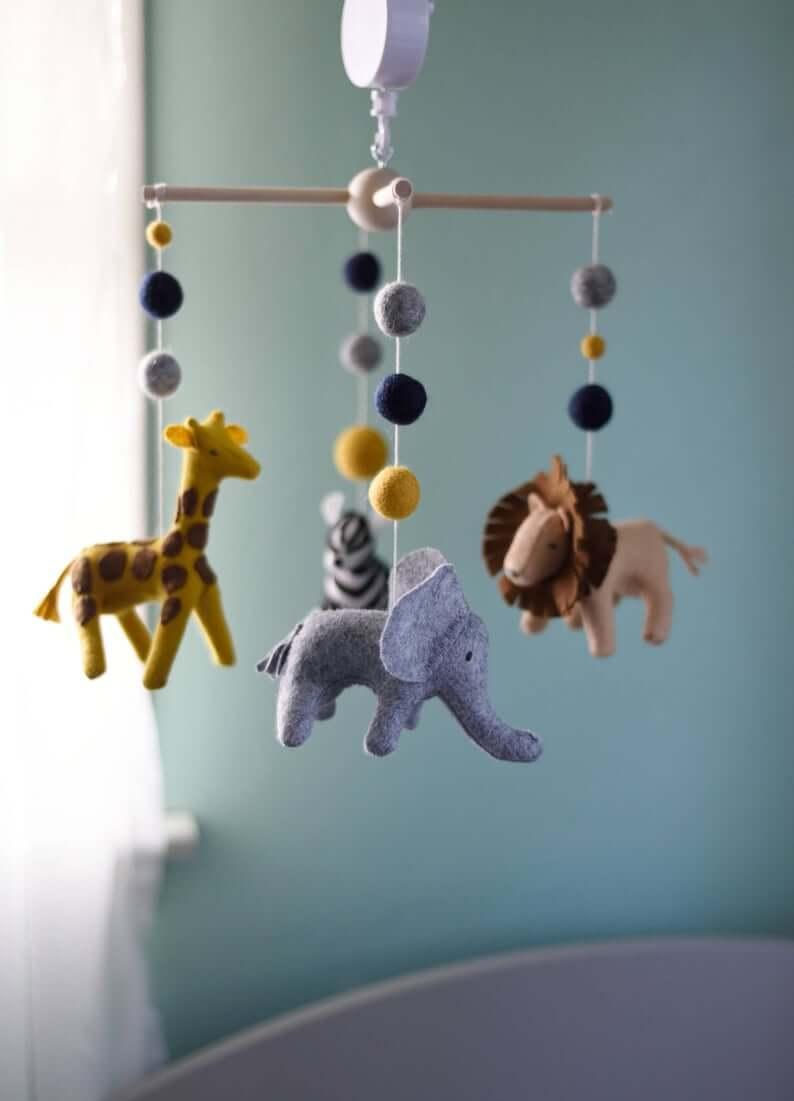 Mobile mignon pour chambre d'enfant sur le thème du safari