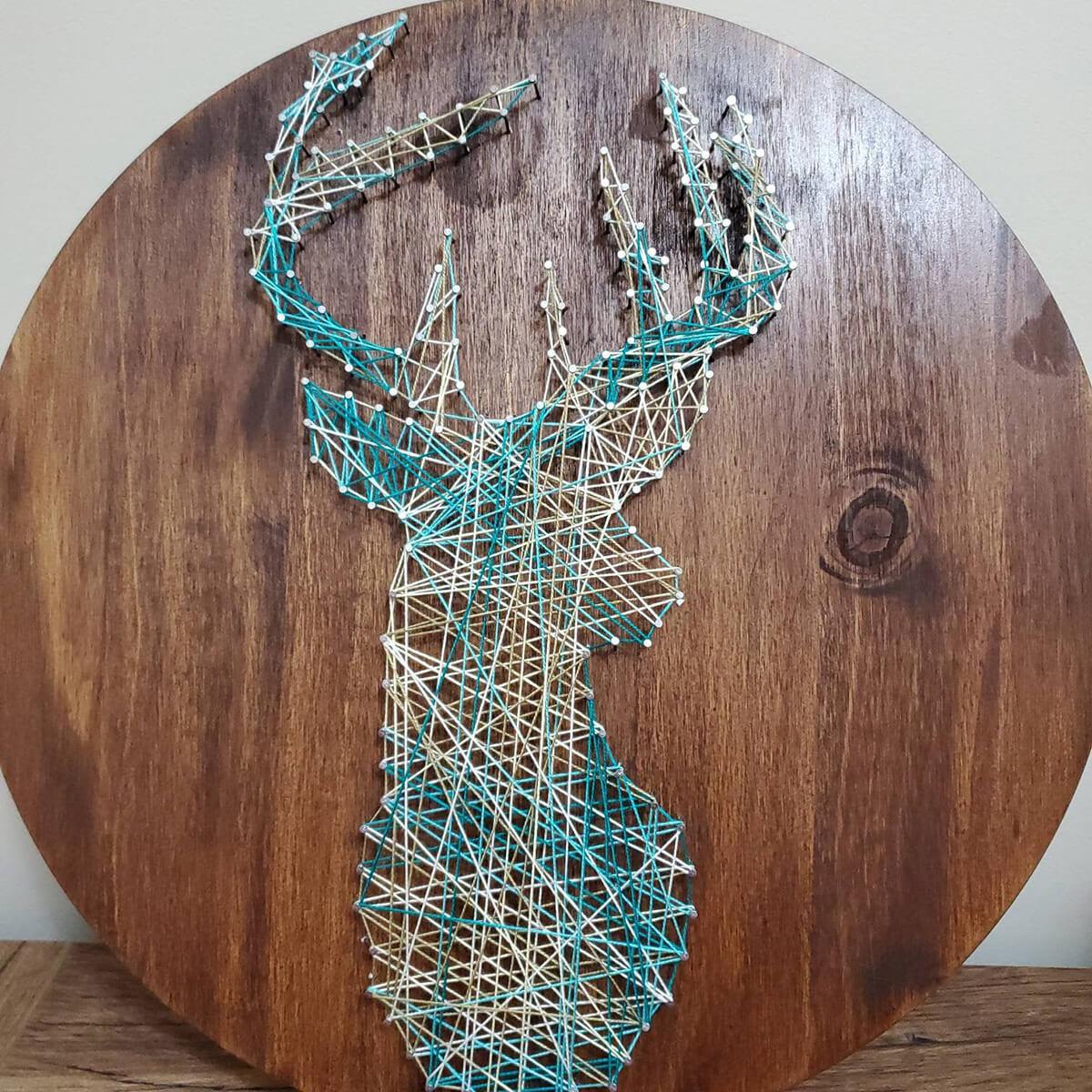 String Art contemporain fait maison en forme de daim