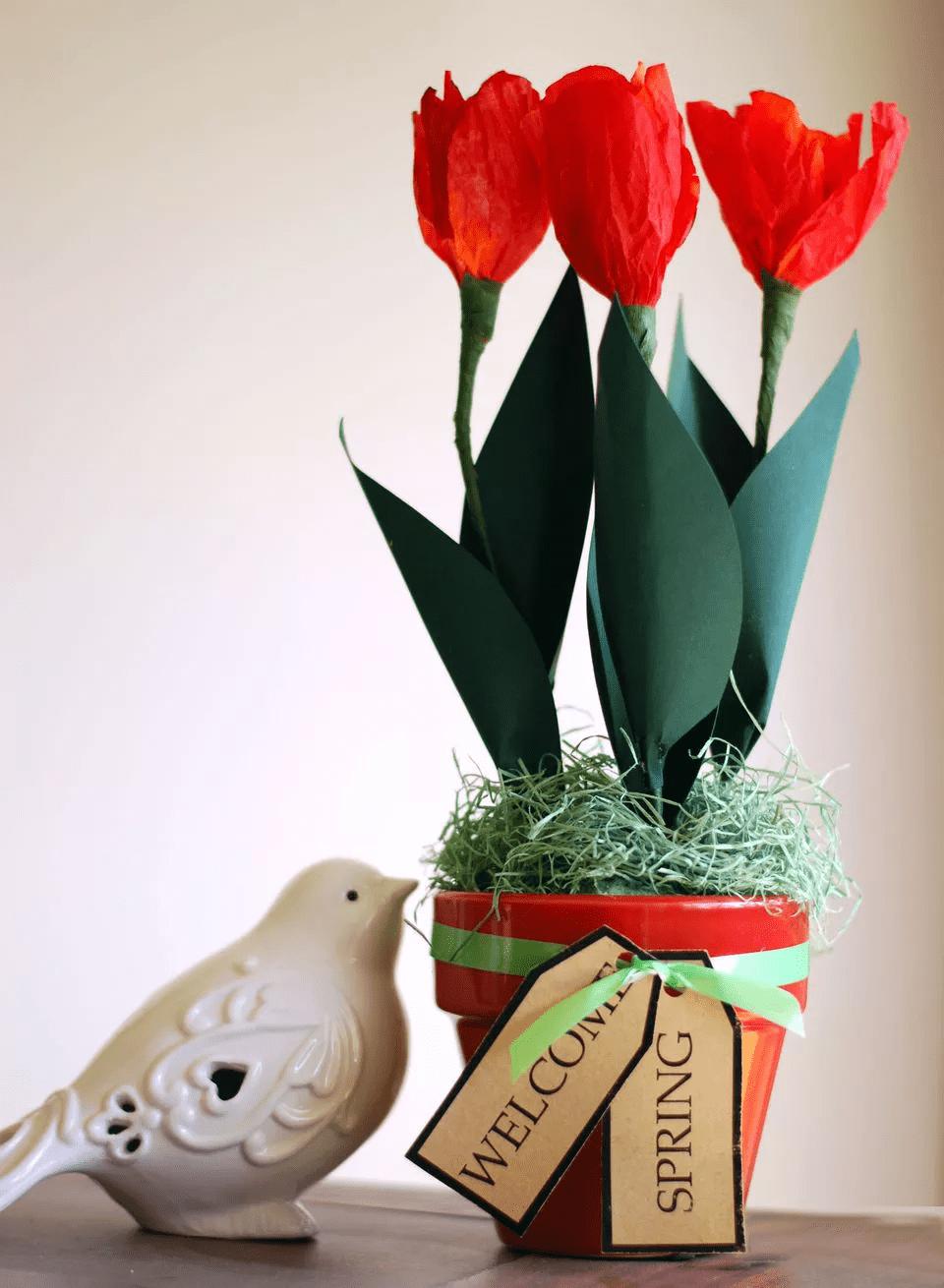 Tulipes en papier dans un pot