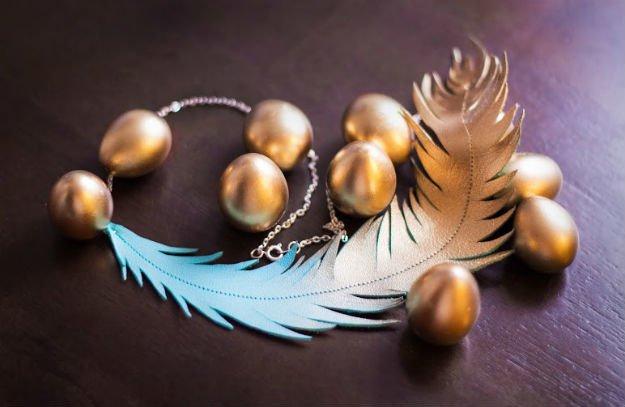 Collier de fête en cuir et plumes métalliques