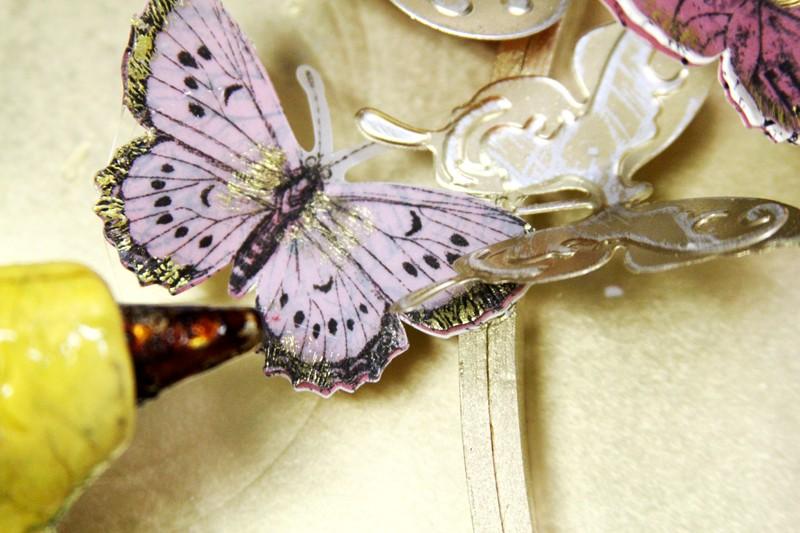 Commencez à coller à chaud les papillons